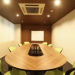 広瀬通【仙台協立第2ビル2階第3会議室】8名様用 トラック型のテーブルのあるオフィシャルな会議室