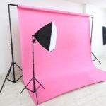 広瀬通【仙台協立第1ビル4階4-D貸会議室】カラー背景紙・白を基調とした室内の撮影スタジオ